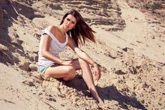 Modello di moda in deserto Fotografia Stock Libera da Diritti