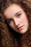 Modello di moda femminile adolescente del ritratto di bellezza con capelli ricci Fotografie Stock Libere da Diritti