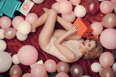 Modello di moda Girl di bellezza Sguardo di modo Ragazza con il contenitore e gli aerostati di regalo Immagine Stock Libera da Diritti