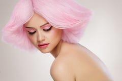 Modello di moda Girl di bellezza con capelli rosa Capelli Colourful colore immagine stock libera da diritti