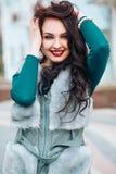 Modello di moda Girl di bellezza in pelliccia della volpe Bella donna in Gray Fur Jacket di lusso Fotografia Stock