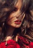 Modello di moda Girl Portrait con le rose rosse Fotografia Stock Libera da Diritti