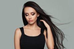Modello di moda grazioso della donna con l'acconciatura sana lunga Immagine Stock Libera da Diritti