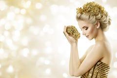 Modello di moda Hold Gold Jewelry in mani, acconciatura di bellezza della donna immagine stock