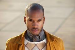 Modello di moda maschio attraente che esamina macchina fotografica Fotografia Stock
