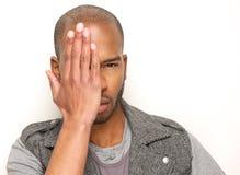 Modello di moda maschio con il fronte mezzo della copertura della mano immagine stock libera da diritti