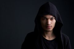 Modello di moda maschio su fondo nero fotografie stock libere da diritti