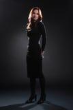 Modello di moda nella donna elegante del vestito nero fotografia stock libera da diritti