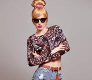 Modello di moda Sexy Blond Girl, occhiali da sole di fascino Fotografia Stock