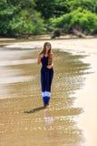 Modello di moda sexy che cammina sulla spiaggia fotografie stock libere da diritti