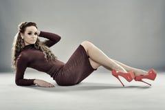 Modello di moda su fondo grigio, integrale Fotografia Stock