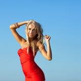 Modello di moda sulla spiaggia Immagine Stock
