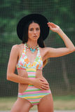 Modello di moda in un costume da bagno con il braccialetto istantaneo del tatuaggio immagine stock libera da diritti
