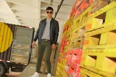 Modello di moda, uomini, rivestimento, pantaloni esili Fotografia Stock Libera da Diritti