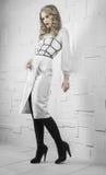 Modello di moda in vestito bianco fotografia stock libera da diritti