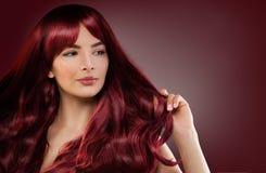 Modello di moda Woman con l'acconciatura rossa Ragazza della testarossa fotografia stock