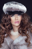 Modello di moda Woman di bellezza in Mink Fur Coat. Ragazza di inverno in Luxu Fotografia Stock Libera da Diritti
