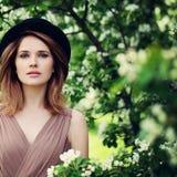 Modello di moda Woman nel giardino di fiori di primavera Fotografia Stock