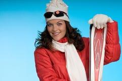 Modello di modo in attrezzatura rossa e bianca di corsa con gli sci Fotografia Stock