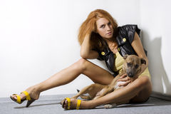 Modello di modo che propone con il cane Fotografia Stock