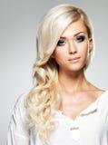 Modello di modo con capelli bianchi lunghi Fotografia Stock Libera da Diritti