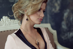 Modello di modo con capelli biondi Giovane donna attraente, fondo grigio Fotografie Stock Libere da Diritti