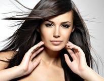 Modello di modo con i capelli diritti lunghi di bellezza. fotografia stock