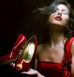 Modello di modo con il sacchetto rosso ed i pattini rossi Immagini Stock