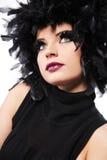 Modello di modo con le piume nere come capelli. fotografia stock