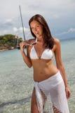 Modello di modo dei capelli del Brown in bikini dal mare Immagini Stock Libere da Diritti