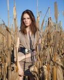 Modello di modo nel campo di cereale Fotografie Stock Libere da Diritti