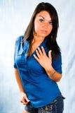 Modello di modo della donna del brunette in camicia blu Fotografie Stock