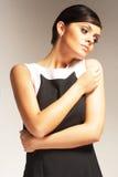 Modello di modo su priorità bassa chiara in vestito nero Fotografia Stock