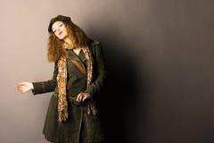 Modello di modo in vestiti inverno/di autunno Fotografie Stock