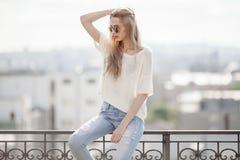 Modello di modo in vestito dorato Sguardo di estate Jeans, maglione, occhiali da sole Fotografie Stock Libere da Diritti