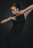 Modello di modo in vestito nero fotografia stock libera da diritti