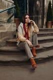 Modello di modo in via Bella donna in vestiti alla moda Immagine Stock