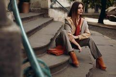 Modello di modo in via Bella donna in vestiti alla moda Fotografia Stock Libera da Diritti