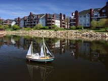 Modello di nave con le vele su acqua Fotografia Stock