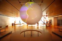 Modello di pianeta Terra dell'ologramma del globo della sala di controllo del mondo Fotografia Stock Libera da Diritti