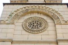 Modello di pietra sulla st Nicholas Cathedral in Leskovac, Serbia fotografie stock