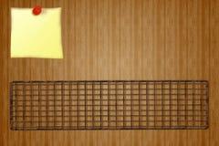 Modello di progettazione del menu della ricevuta della griglia - scaffale del BBQ e nota gialla del bastone su fondo di legno Immagini Stock