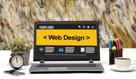 Modello di progettazione del sito Web in computer portatile dell'ufficio Fotografie Stock Libere da Diritti