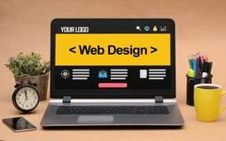 Modello di progettazione del sito Web in computer portatile dell'ufficio Immagini Stock