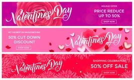 Modello di progettazione dell'insegna di vendita di giorno di biglietti di S. Valentino del fondo rosa-rosso dei petali del fiore Fotografia Stock Libera da Diritti