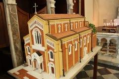 Modello di scala di una chiesa rossa fotografie stock