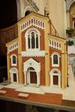Modello di scala di una chiesa rossa immagini stock
