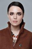 Modello di stile di modo in accessori del cappotto e di arte della fronte, posanti dentro Fotografia Stock