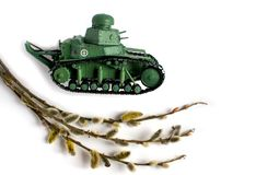 Modello di vecchio carro armato sovietico fatto di carta su un fondo bianco Ramo del salice nella priorit? alta Vista laterale immagini stock libere da diritti