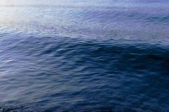 Modello di Wave blu profondo sul fondo del lago Fotografia Stock Libera da Diritti